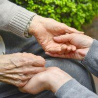 介護 手を握る